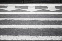 柏油路,行人交叉路路标 库存图片