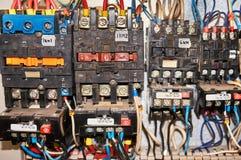 某一电气继电器在架置盘区登上 在基地或插口插入的中转 到中转,导线和有关 库存照片