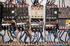 某一电气继电器在架置盘区登上 在基地或插口插入的中转 到中转,导线和有关 免版税图库摄影
