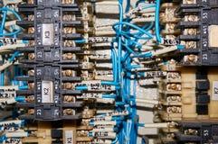某一电气继电器在架置盘区登上 在基地或插口插入的中转 行业背景 图库摄影