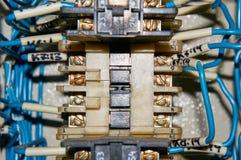 某一电气继电器在架置盘区登上 在基地或插口插入的中转 行业背景 免版税库存照片