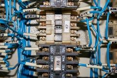 某一电气继电器在架置盘区登上 在基地或插口插入的中转 行业背景 免版税图库摄影