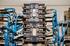 某一电气继电器在架置盘区登上 在基地或插口插入的中转 行业背景 免版税库存图片