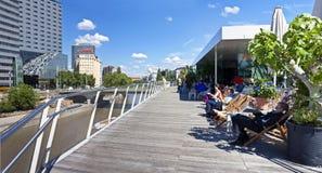 某些人有一个断裂在维也纳多瑙河运河  免版税库存图片
