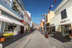 某些游人在一条商业街走在坎德拉里亚角,特内里费岛,西班牙 图库摄影