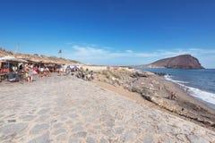 某些游人是松弛在La Tejita海滩, 2015年12月20日在南特内里费岛,加那利群岛,西班牙 免版税库存照片
