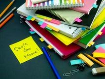 某人在您运转的书桌留下了信息;不要回家 免版税库存照片