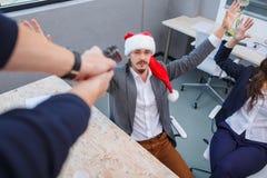 某人在新年的前夕攻击了办公室工作者 免版税库存照片