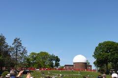 某人拍归档在观测所前面的毕业生电话照片在卫斯理大学毕业Middletown康涅狄格美国 免版税库存图片