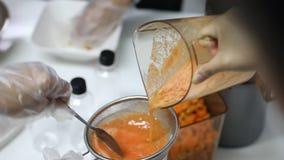 某人过滤在滤锅的汁液到投手 影视素材