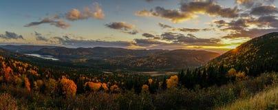 某处日落在秋天期间的纽芬兰 东部加拿大 库存图片