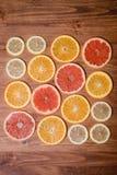 柑桔切成了两半-桔子,柠檬,蜜桔,在木背景的葡萄柚 免版税库存照片