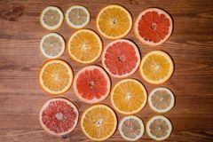 柑桔切成了两半-桔子,柠檬,蜜桔,在木背景的葡萄柚 库存图片