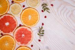 柑桔切成了两半-桔子,柠檬,蜜桔,在木背景的葡萄柚 免版税库存图片