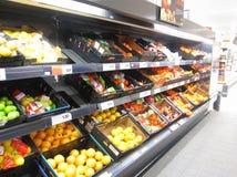 柑桔显示在超级市场。 免版税库存图片