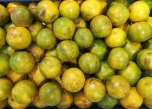 柑桔,蜜桔背景 新鲜水果在水果市场上 图库摄影