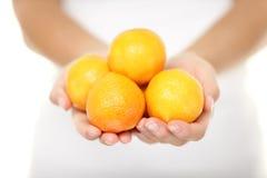 柑桔-妇女shwoing的柑桔橘子 库存照片