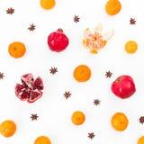 柑橘、石榴石和茴香在白色背景 新年假日概念 平的位置 顶视图 库存图片