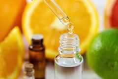 柑橘从吸管的精油水滴 免版税图库摄影