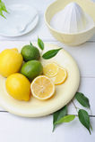 柑橘剥削者和新鲜的柠檬使用做新鲜的柠檬水 免版税库存图片