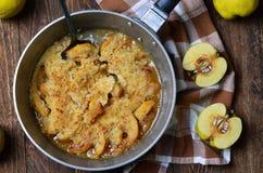 柑橘在葡萄酒平底锅的碎屑饼 免版税库存图片