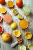 柑橘汁三块玻璃用橙色果子柠檬和葡萄柚 库存图片