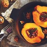 柑橘烘烤了用蜂蜜、核桃和麝香草,正方形 免版税图库摄影