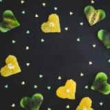 柑橘的心脏用在黑背景的猕猴桃 食物框架 平的位置,顶视图 免版税图库摄影