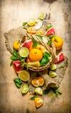 柑橘的概念 柑橘水果篮子-葡萄柚,桔子,蜜桔,柠檬,石灰 库存图片
