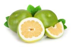 柑橘糖果或Pomelit、在白色背景特写镜头隔绝的oroblanco与切片和叶子 免版税库存照片