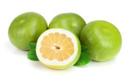 柑橘糖果或Pomelit、oroblanco与一半和叶子在白色背景特写镜头 库存图片