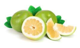 柑橘糖果或Pomelit、oroblanco与切片和叶子在白色背景特写镜头 免版税库存照片