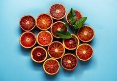 柑橘背景样式用在蓝色背景的红色桔子 库存照片
