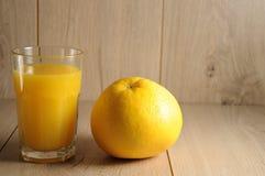 柑橘水果和橙汁的混合 免版税库存图片