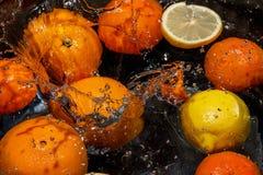 柑橘水果在水中浮动 免版税库存图片
