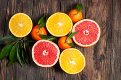 柑橘水果柠檬石灰桔子 桔子、葡萄柚和普通话 在木桌背景 顶视图 免版税库存图片