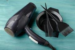 染发剂和hairdryer的工具箱 库存照片