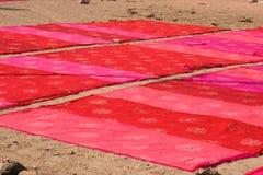洗染桃红色广告红色布料的传统工艺 免版税库存图片