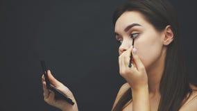 ?? 染睫毛油申请 眼睛构成 美丽的有完善的新鲜的皮肤的温泉式样女孩 青年时期和皮肤护理 股票视频