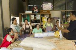 洗染自然颜色的领带蜡染布的泰国人专家traning 免版税库存照片