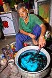 染色者在室外工厂运作 免版税库存图片