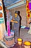 染色者在室外工厂运作 免版税库存照片