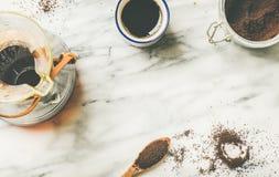 染黑在Chemex和白色杯子,平位置的被过滤的咖啡 库存图片