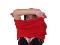 染黑她去除的衬衣妇女年轻人 免版税库存照片