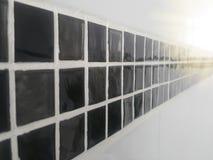 染黑瓦片墙壁和白色栅格 库存例证