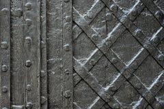 染黑纹理的伪造的铁门或背景,城堡门背景古老建筑学  免版税库存图片