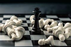 染黑董事会企业检查棋结尾的游戏高亮度显示损失伙伴黑白照片采取白色在方法成功的隐喻 在对手的被击败的白色棋的中黑人国王 库存照片