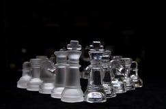 染黑西洋棋棋子玻璃白色 免版税库存照片