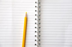 染黄在白色条纹样式空白书的色的铅笔 库存图片