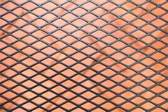 染黑在被弄脏的橙色砖backgroud的膨胀的金属 库存照片